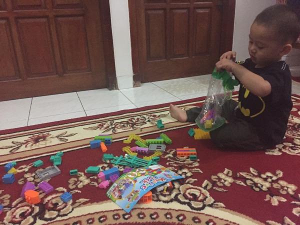 Melatih Kemandirian Anak - Merapikan Mainannya Sendiri (2)
