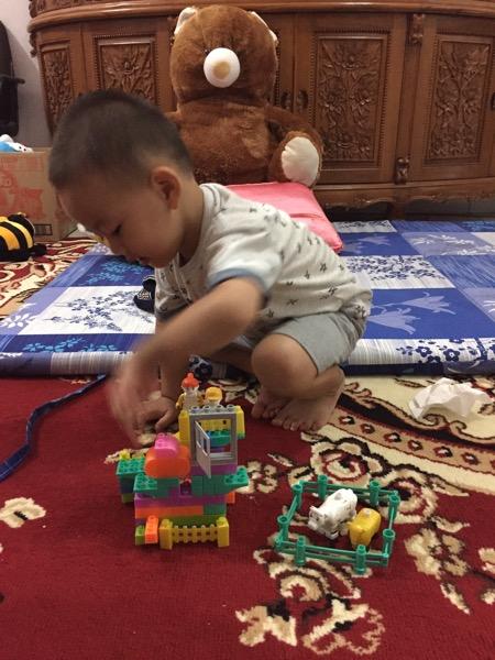 Melatih Kemandirian Anak - Merapikan Mainannya Sendiri (1)